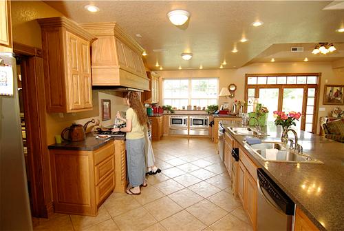 Khu vực bếp nấu rộng như một nhà hàng lớn với nhiều bếp, hai bồn rửa