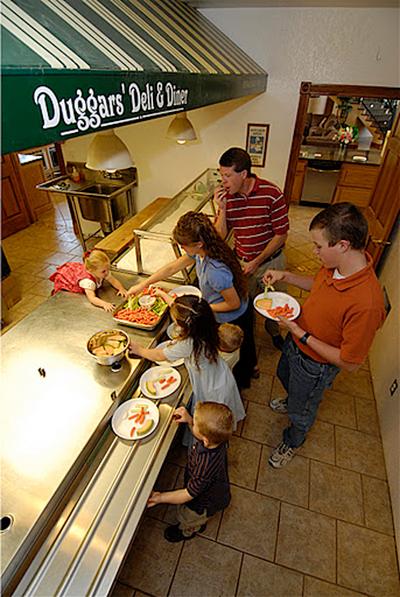 Trong bếp còn có quầy phục vụ thức ăn giống các nhà ăn tập thể
