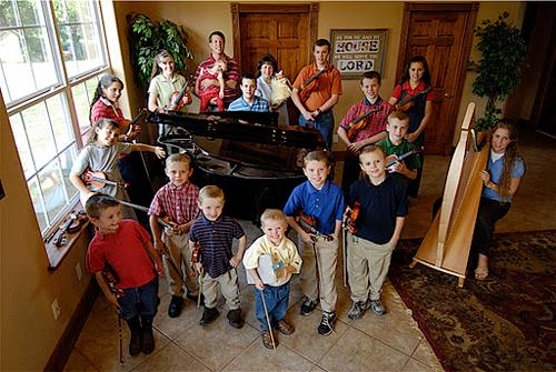 Hai vợ chồng cho con học ở nhà và áp dụng thêm hình thức phân công anh chị lớn dạy bảo em nhỏ. Mỗi thành viên trong nhà đều được dạy chơi một nhạc cụ.