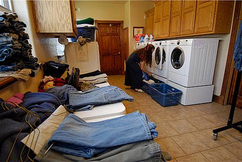 Phải cần tới 4 chiếc máy giặt mới đủ cho nhu cầu làm sạch quần áo của gia đình 20 người