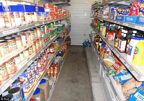 Ngôi nhà còn có kho tích trữ đồ mua vào các đợt khuyến mãi giảm giá nhằm tiết kiệm chi phí