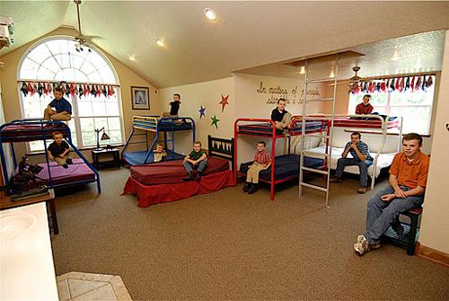 Phòng ngủ lớn dành cho các cậu con trai với những chiếc giường tầng giúp tiết kiệm diện tích. Đồ đạc được bố trí rất gọn gàng, khoa học