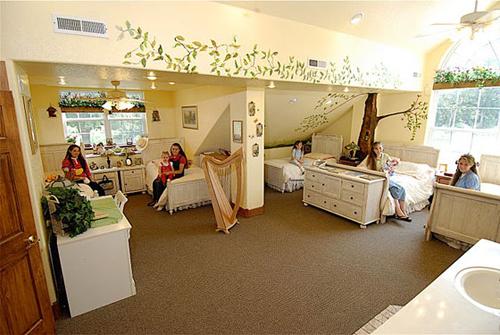 Phòng ngủ của các cô con gái lãng mạn hơn với tông màu xanh và các hình vẽ họa tiết cây lá