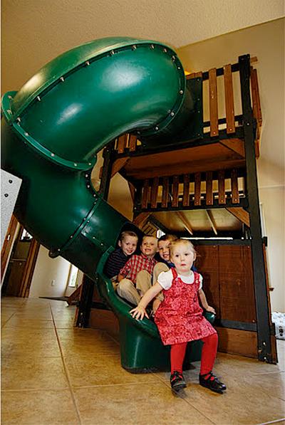 Trong nhà có bàn máy tính, chỗ chơi billard, chơi game cho gia đình những giây phút giải trí thoải mái bên nhau