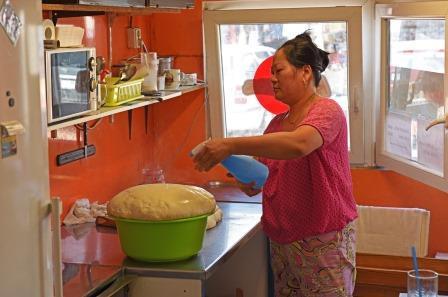 Bà Nguyen Thi Kim Thu đang chuẩn bị làm bánh pizza. Ảnh: Nikkei