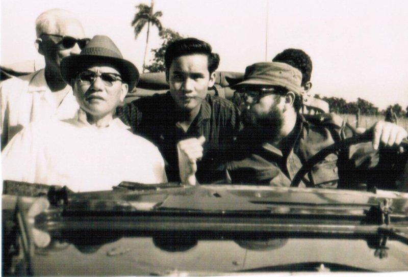 Ông Fidel đích thân lái xe đưa Phó Thủ tướng Lê Thanh Nghị thăm nông trường nuôi bò ở Cuba vào tháng 7-1967. Ảnh tư liệu