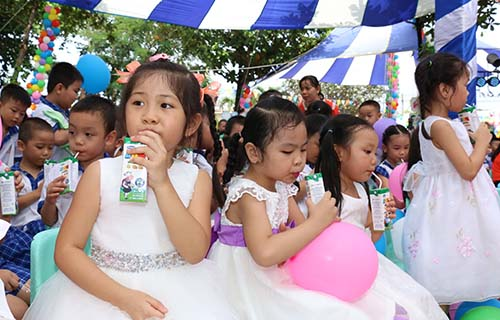 Các em học sinh được uống sữa miễn phí từ chương trình sữa học đường