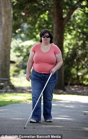 Jewel giờ đây rất hạnh phúc khi trở thành một phụ nữ mù thực sự