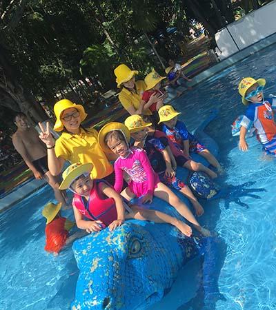 Các bé được tổ chức tham quan vui chơi tại Công viên nước Đầm Sen