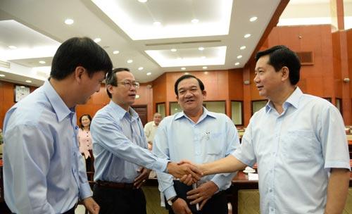 Ủy viên Bộ Chính trị - Bí thư Thành ủy TP HCM Đinh La Thăng (bìa phải) cùng các đại biểu