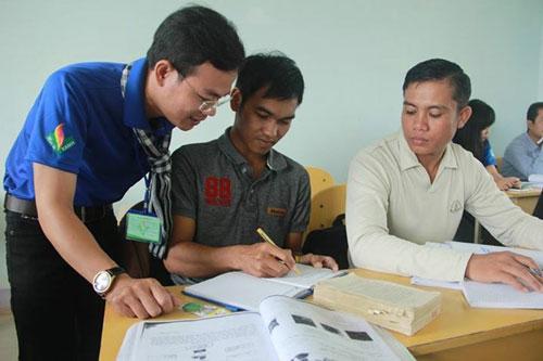 Giảng viên Lường Minh Sơn đang dạy tiếng Việt ở Lào