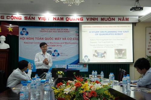 ThS Thân Trọng Khánh Đạt thuyết trình tại một hội nghị năm 2015. (Ảnh do nhân vật cung cấp)