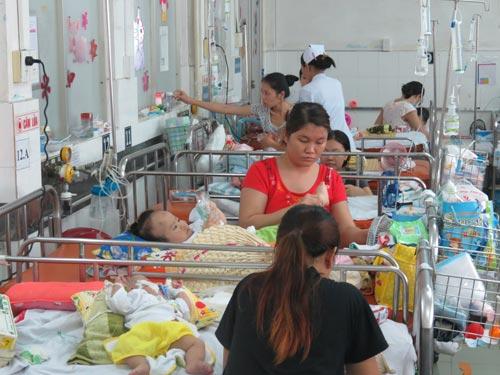 Mỗi ngày, Khoa Hô hấp BV Nhi Đồng 1 có đến 350-450 trẻ nằm điều trị trong khi chỉ có 130 giường