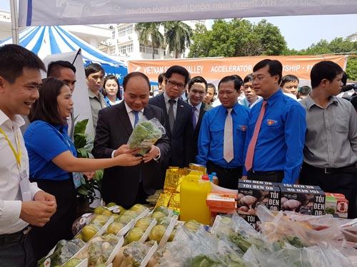 Thủ tướng Nguyễn Xuân Phúc thăm các gian hàng giới thiệu sản phẩm của các mô hình khởi nghiệp, doanh nghiệp khởi nghiệp… tại ĐHQG Hà Nội