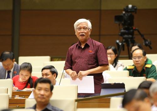 Đại biểu Quốc hội Dương Trung Quốc góp ý kiến cho dự thảo Luật về Hội vào sáng 25-10 Ảnh: TTXVN