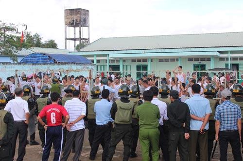 Học viên cai nghiện đập phá tại Trung tâm Cai nghiện ma túy Đồng Nai (xã Xuân Phú, huyện Xuân Lộc, tỉnh Đồng Nai) tháng 11-2016 Ảnh: XUÂN HOÀNG