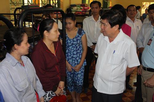 Chủ tịch UBND TP HCM Nguyễn Thành Phong thăm hỏi các học viên tại Trung tâm Giáo dục lao động - xã hội Phú Nghĩa