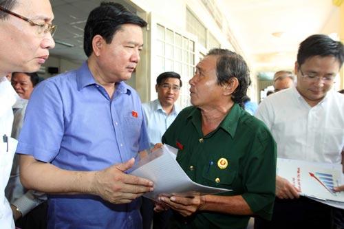 Bí thư Thành ủy Đinh La Thăng tiếp xúc cử tri huyện Củ Chi, TP HCM Ảnh: TTXVN