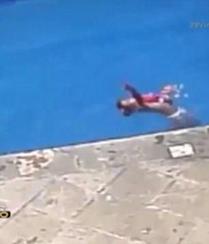 Hung thủ Jose David N. ném con gái riêng của vợ xuống nước rồi nhìn bé vùng vẫy. Ảnh: Daily Mail