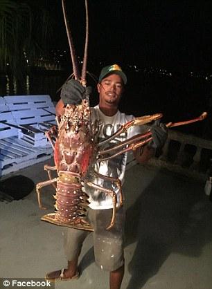 Ngư dân Tristan Loescher vô tình câu được tôm hùm nặng 6.3 kg. Ảnh: Facebook