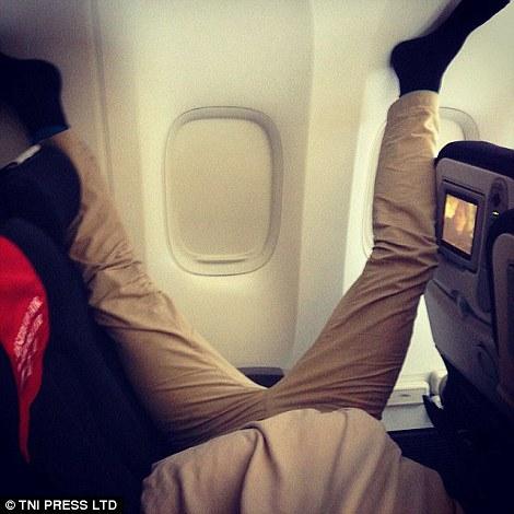 Tư thế ngủ khó đỡ của một hành khách. Ảnh: TNI Press LTD