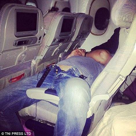 Nhiều người cho rằng hành khách này say xỉn. Ảnh: TNI Press LTD