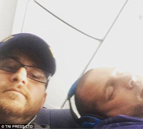 Vì ngủ quá say nên anh chàng này tựa vào vai người bên cạnh. Ảnh: TNI Press LTD