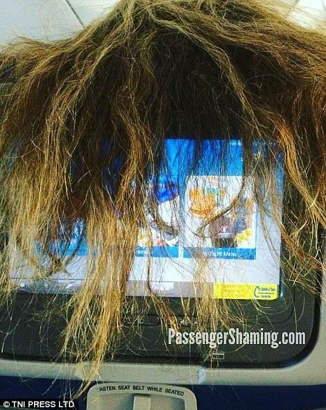 Nhiều hành khách vô tình che mất TV của người phía sau. Ảnh: TNI Press LTD