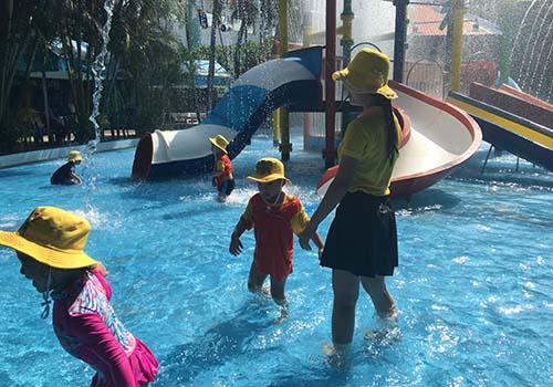 Các bé được hướng dẫn làm quen với môi trường nước