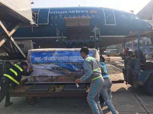 Hàng cứu trợ đã sẵn sàng để vận chuyển khẩn cấp ngay trên các chuyến bay sớm nhất của Vietnam Airlines sáng ngày 17-12