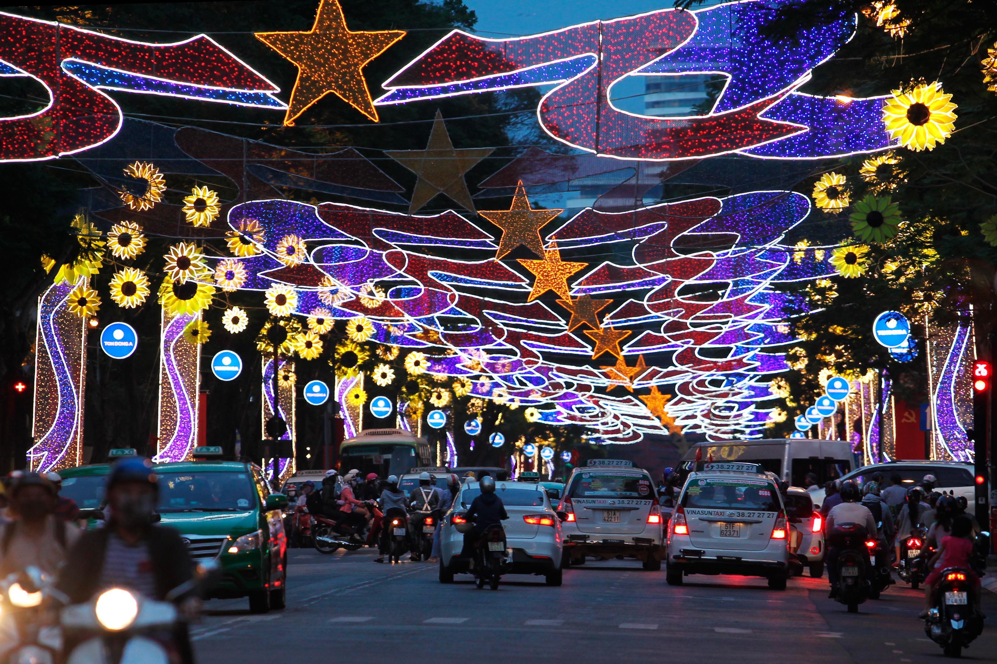 TP HCM rực rỡ đèn hoa - Báo Người lao động