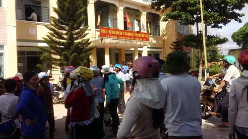 Người dân xã H'Bông, huyện Chư Sê, tỉnh Gia Lai kéo lên trụ sở UBND xã yêu cầu làm rõ tiền hỗ trợ hạn hán Ảnh: HOÀNG THANH