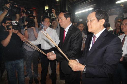 Chủ tịch nước Trần Đại Quang, nguyên Chủ tịch nước Trương Tấn Sang dâng hương tại Nhà Lưu niệm Cụ Huỳnh Thúc Kháng