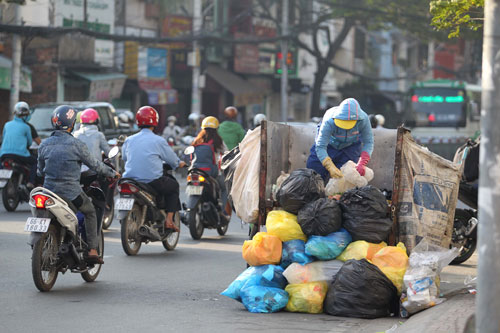 Thu gom rác tại TP HCM Ảnh: HOÀNG TRIỀU