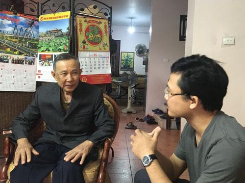 Ông Vũ Quốc Hùng (trái) trả lời phỏng vấn Báo Người Lao Động Ảnh: VĂN DUẨN