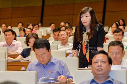 Các đại biểu đóng góp ý kiến tại cuộc họp Quốc hội ngày 10-11 Ảnh: VĂN DUẨN
