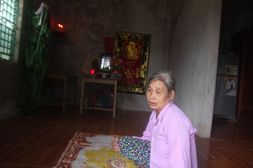 Bà Nguyễn Thị Hạnh đau xót trước cái chết của con trai Lê Văn Quế, bị cướp bắn chết ở Angola vào tháng 10-2015. Ảnh: ĐỨC NGỌC