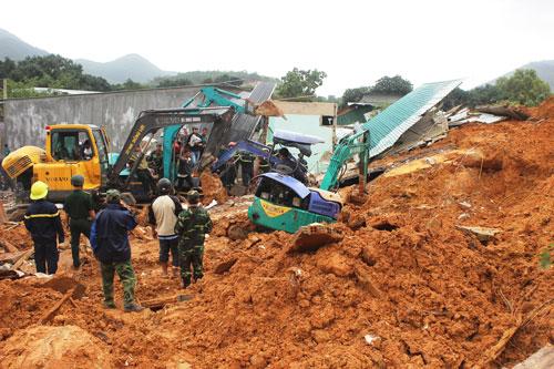 Lực lượng cứu hộ khẩn trương tìm các nạn nhân trong đống đổ nát Ảnh: KỲ NAM