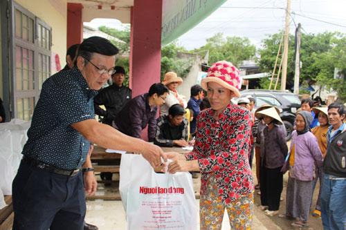 Ông Nguyễn Văn Tín, Phó Tổng Biên tập Báo Người Lao Động, trao quà cứu trợ người dân vùng lũ tỉnh Phú Yên Ảnh: HỒNG ÁNH