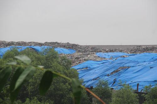 Bãi rác khổng lồ không được che chắn tại Nhà máy Xử lý rác Thủy Phương