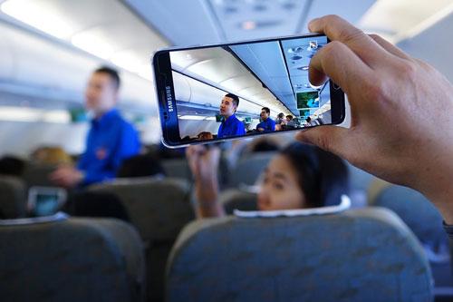 Các hãng hàng không tại Việt Nam vẫn rất cẩn trọng với việc sử dụng điện thoại trên máy bayẢnh: NGỌC HẰNG