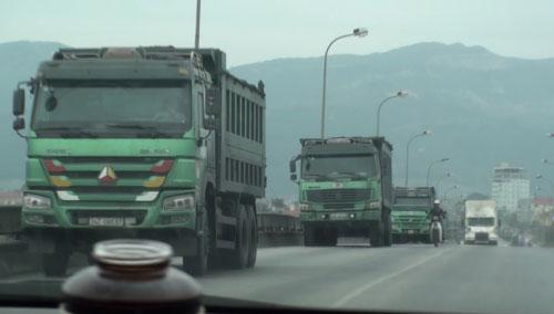 Xe chở than dừng trên cầu Đá Vách thuộc địa phận tỉnh Quảng Ninh để tránh bị lực lượng chức năng tỉnh Hải Dương kiểm tra