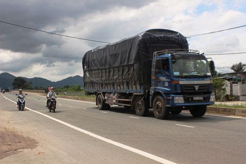 Xe tải chạy nhiều trên Quốc lộ 1 qua tỉnh Khánh Hòa khi trạm cân tạm dừng Ảnh: KỲ NAM