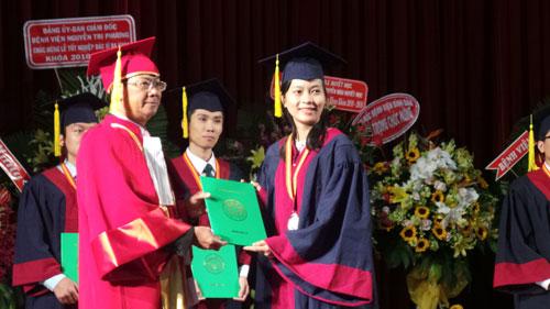 Lãnh đạo Khoa Y trao bằng tốt nghiệp cho các tân bác sĩ đa khoa