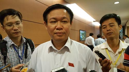 Phó Thủ tướng Vương Đình Huệ trả lời báo chí bên lề Quốc hội Ảnh: VĂN DUẨN