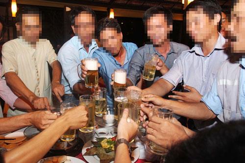 Tình trạng lạm dụng rượu, bia tại Việt Nam đáng báo động Ảnh: HOÀNG TRIỀU