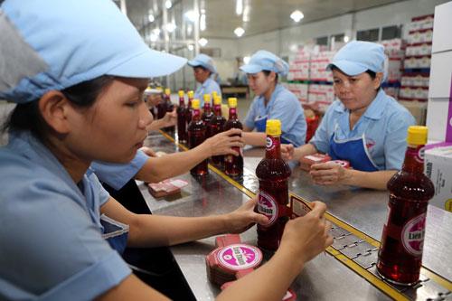 Dây chuyền đóng chai tại một cơ sở sản xuất nước mắm truyền thống Ảnh: QUANG LIÊM