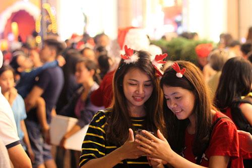 Người dân chơi Noel tại Diamond Plaza tối 24-12