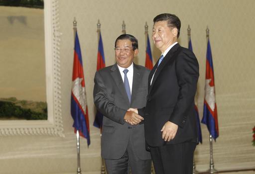 Chủ tịch Trung Quốc Tập Cận Bình và Thủ tướng Campuchia Hun Sen hôm 13-10. Ảnh: AP