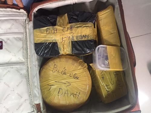 Những gói hàng lớn trong valy của hành khách H.